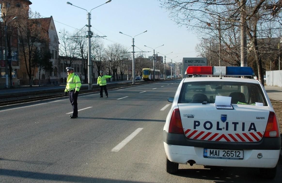 Un sofer din Bacau a devenit violent si a fost incatusat de politistii de la Rutiera. Ce a facut cand a fost oprit