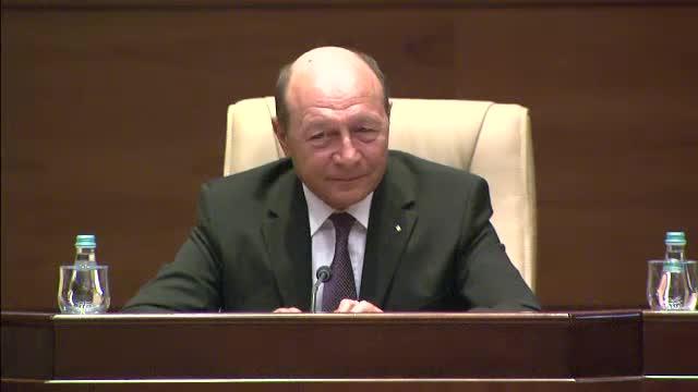 Traian Basescu, sotia sa si Titus Corlatean au primit steaguri tricolore de la IPS Ioan Selejean