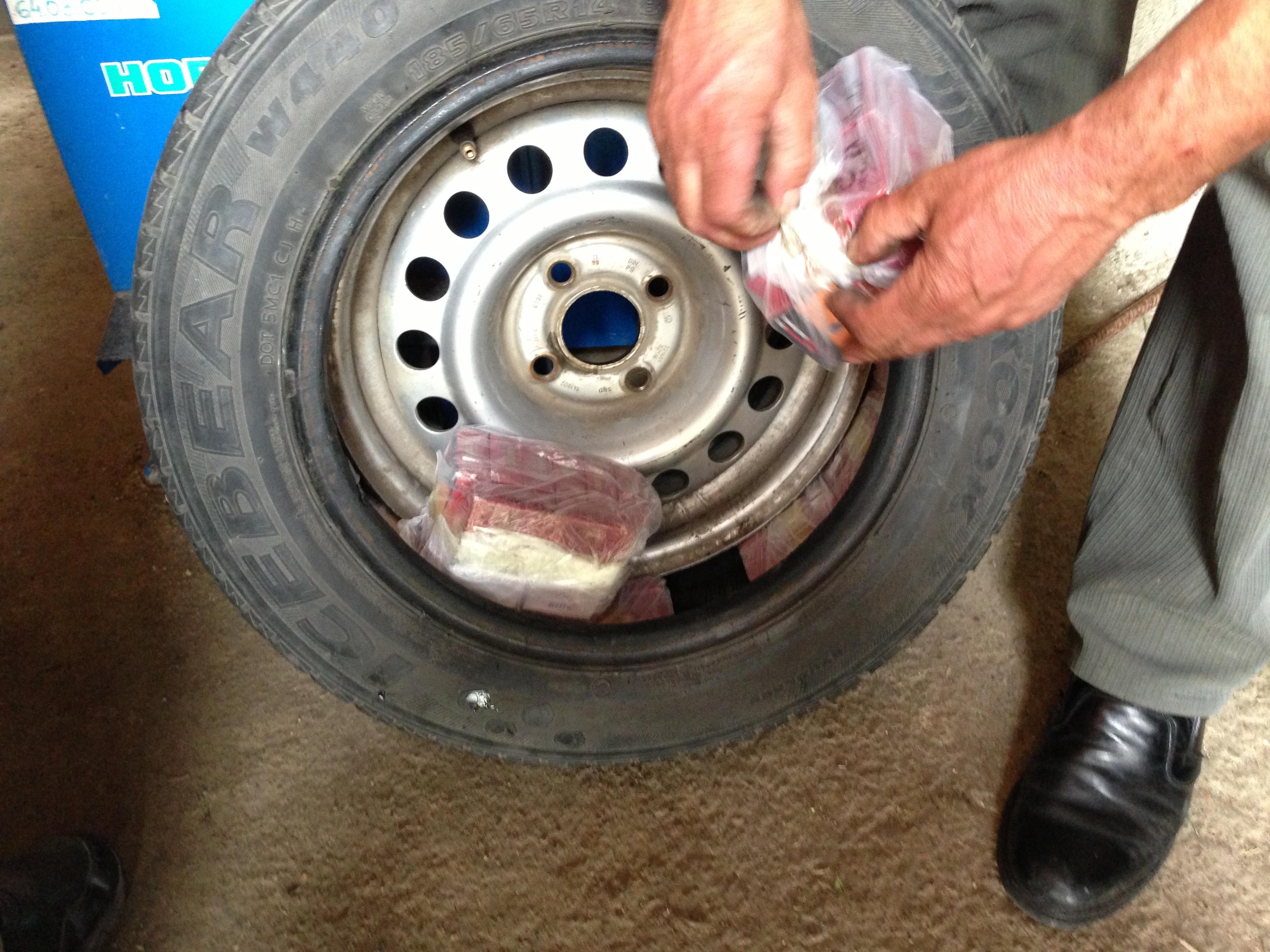 Politistii de frontiera au gasit 500 de pachete de tigari de contrabanda in rotile unei masini. FOTO