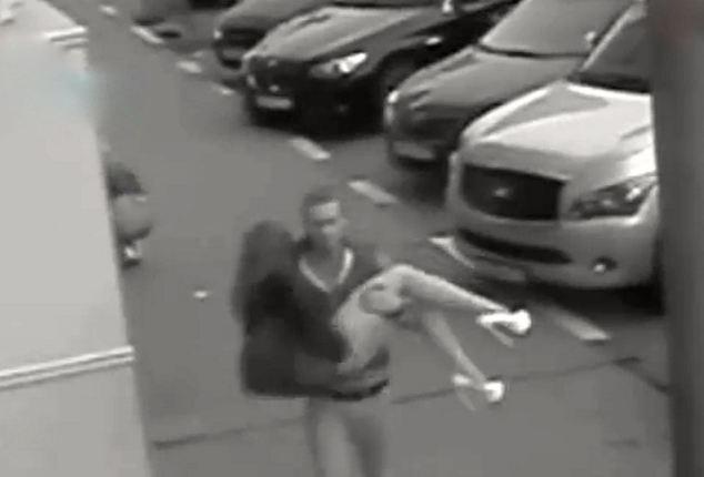 Ce a patit o dansatoare in parcarea clubului in care lucra. Camerele de supraveghere au surprins intregul incident. VIDEO