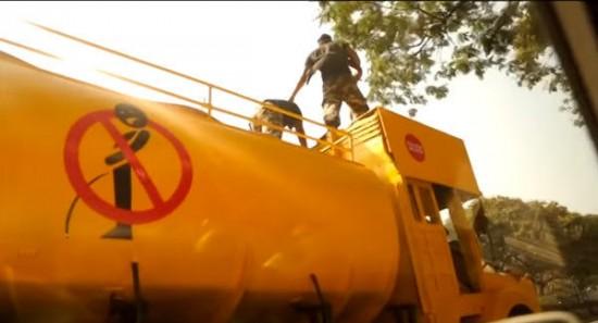 Se intampla in India. Cei care urineaza pe domeniul public sunt pedepsiti cu un tun de apa. VIDEO