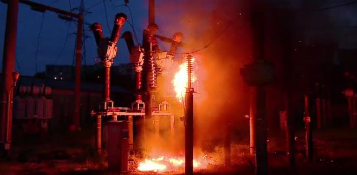Explozie la o instalatie ENEL din Deva. Nimeni nu a fost ranit, insa un sfert de oras a ramas fara curent