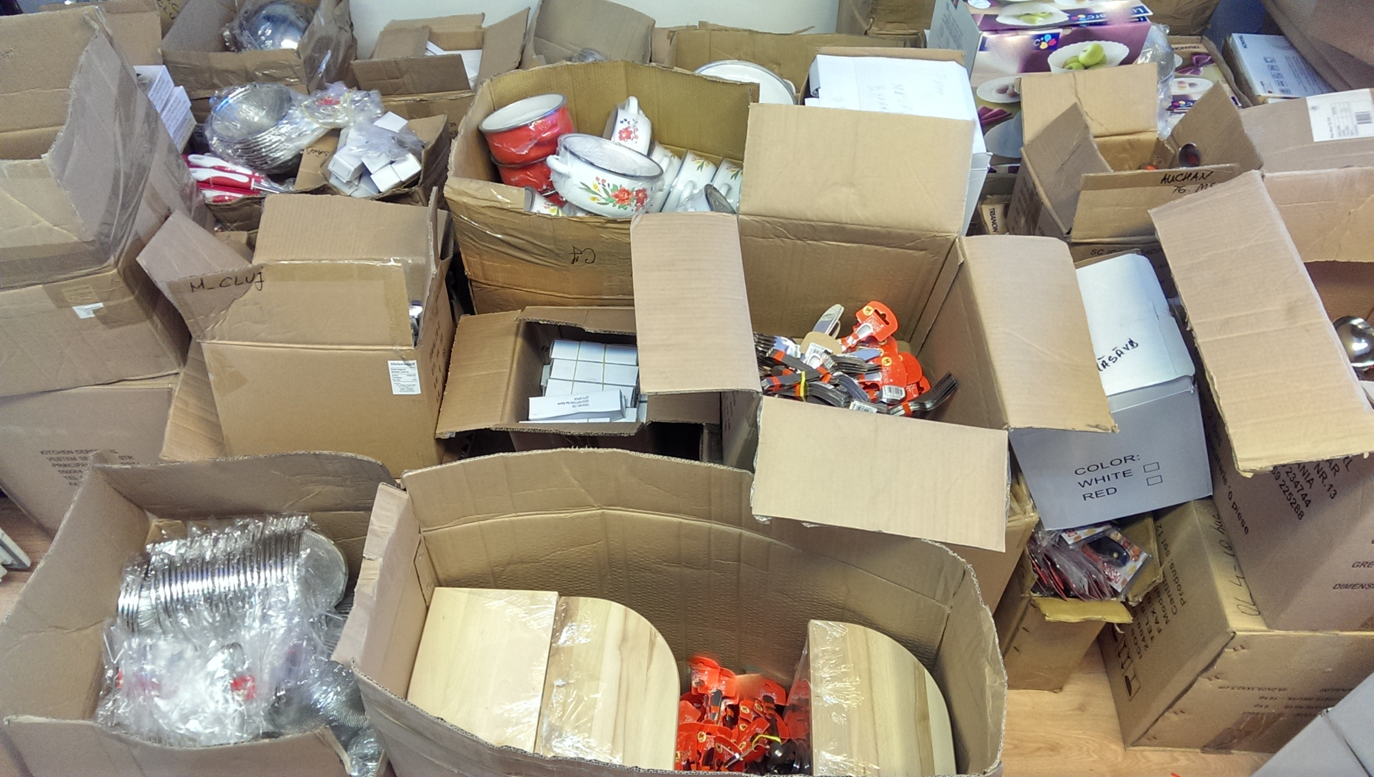 Peste 8.000 de obiecte de uz casnic au confiscate de politisti in Floresti