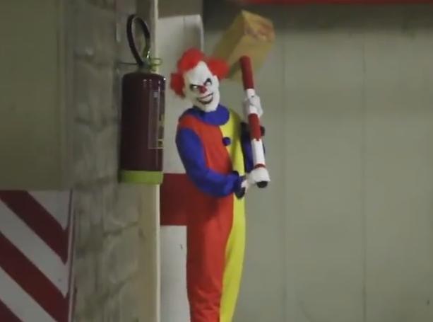 VIDEO. Un clovn a inspaimantat trecatorii dintr-o parcare. Reactiile victimelor farsei sunt unice