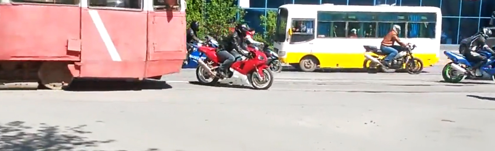 Accident incredibil in Kazahstan. Un tramvai fara vatman a intrat in plin in motociclisti. VIDEO
