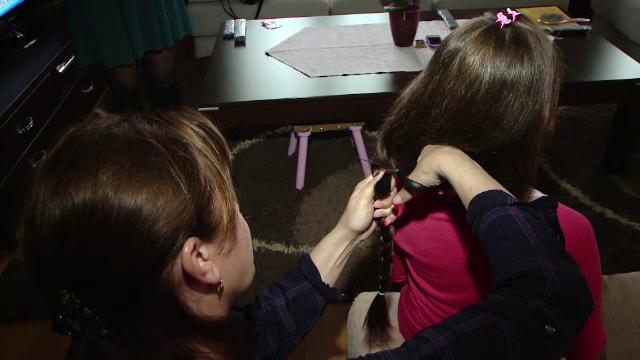 Exemplul studentelor la Medicina, care si-au donat parul pentru copiii cu cancer, preluat de zeci de tinere: