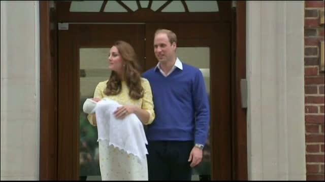 Printul William si ducesa de Cambridge s-au intors acasa cu mica printesa. Kate a fost externata la 12 ore dupa ce a nascut