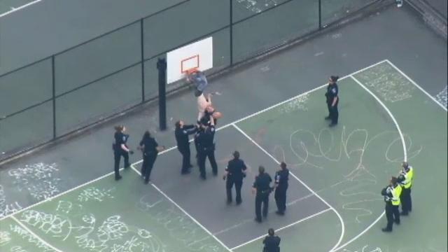 Operatiune de salvare neobisnuita in Seattle, dupa ce un tanar a ramas blocat in inelul de pe panoul de baschet