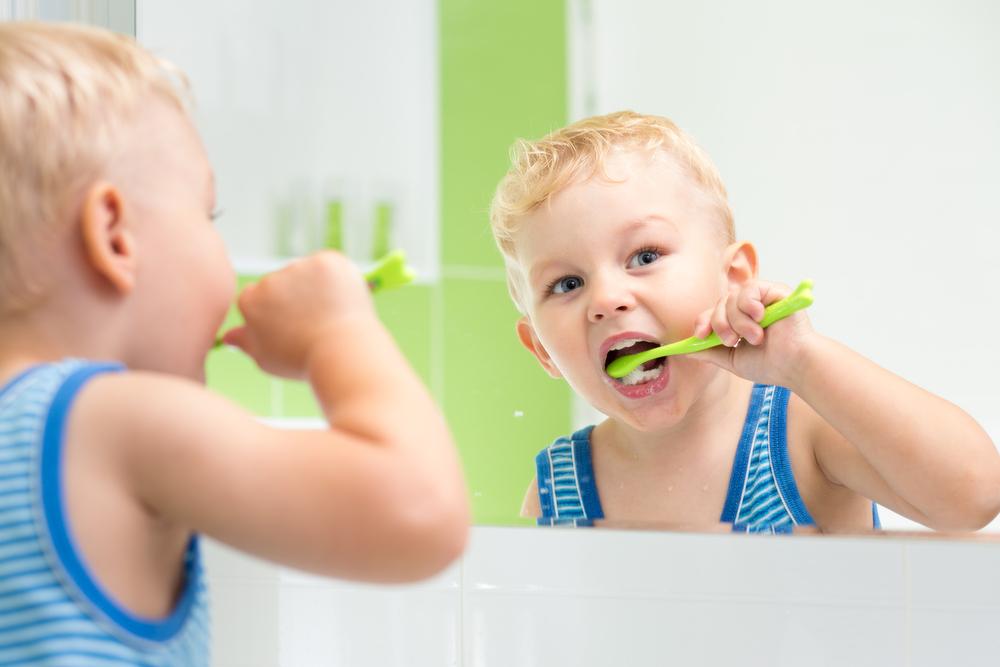 Cum iti inveti copilul sa se spele singur pe dinti. Trucurile care fac din periajul dentar o joaca pe placul micutului