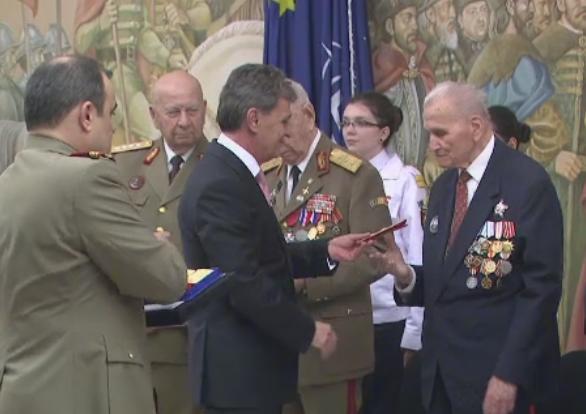 Festivitate speciala la sediul MApN. 10 veterani de razboi au fost medaliati sau avansati in grad