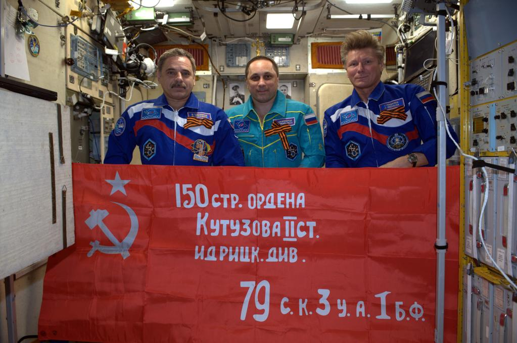 Steagul cu secera si ciocanul a fost inaltat pe Statia Spatiala Internationala.