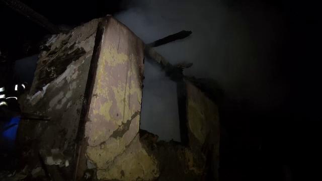 Un incendiu puternic a mistuit casa unui barbat de 55 de ani din Comarnic. Ce au descoperit pompierii dupa ce au stins focul