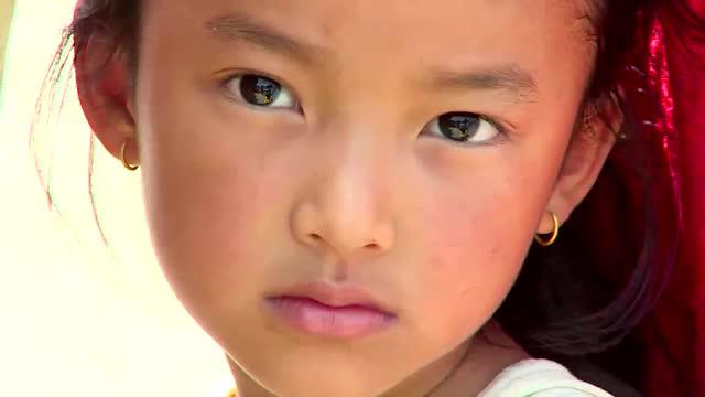 Chipurile triste ale copiilor care au pierdut intr-o zi tot ce aveau. In Nepal se sta la coada pentru o lingura de fasole