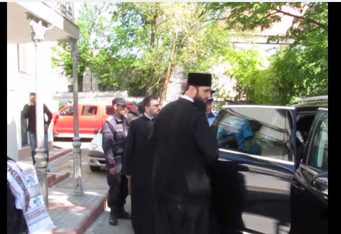 Masina de lux a episcopului de Husi. Preasfintitul Corneliu Barladeanu, huiduit dupa ce a venit cu un SUV de mii de euro