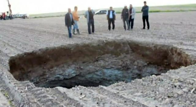 O groapa uriasa s-a format in 24 de ore intr-un lan de porumb din Turcia. Are o adancime de 90 de metri. VIDEO