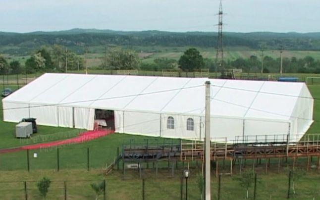 Primarul orasului Targu Carbunesti a ocupat stadionul cu nunta fiicei sale si a trimis echipa sa joace la 40 de km distanta