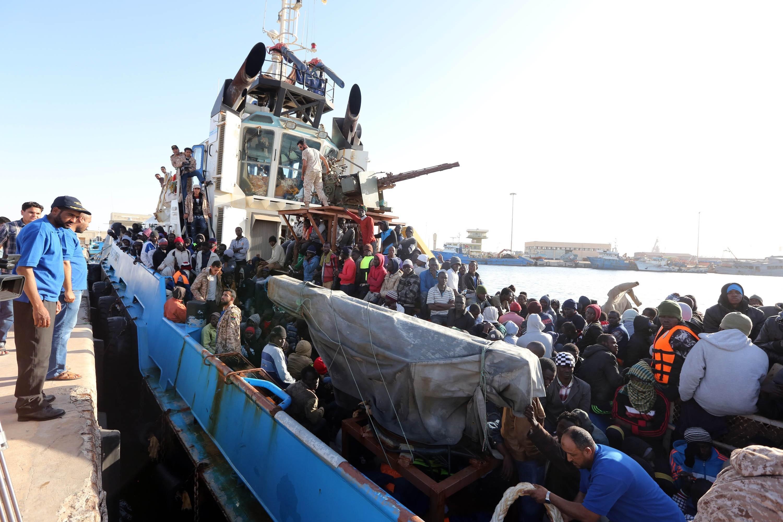 Aproape 900 de imigranti au fost salvati, miercuri, in Marea Mediterana, de autoritatile italiene si franceze