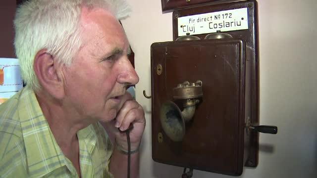 Telefonul cu palnie sau camera de filmat cu arc. Un barbat din Arad are o camera plina cu SUTE de telefoane si radiouri vechi