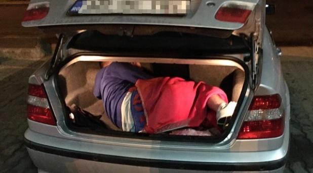 Politistii de la frontiera Bors i-au verificat masina, iar in portbagaj au gasit