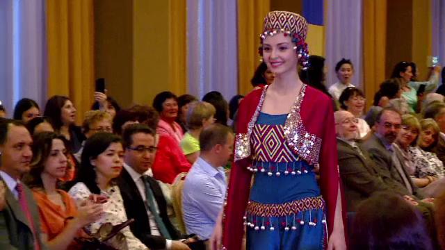 Defilare in costume turcesti la Mamaia. Rochiile stralucitoare si dansurile specifice au facut deliciul participantilor