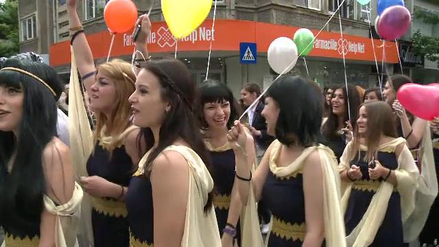 Bucuria tinerilor care au terminat liceul a invadat strazile Capitalei. Imagini de la parada cu pirati, indieni si majorete