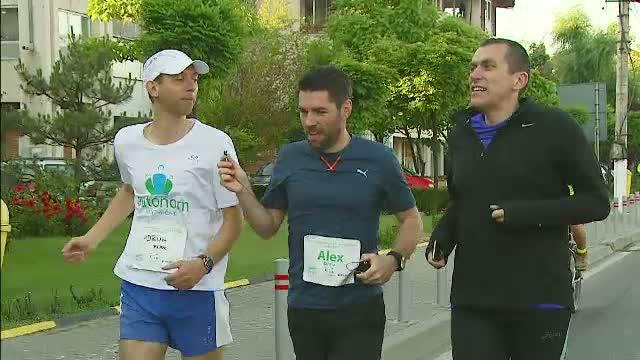 Alex Dima a alergat la maraton pentru copiii parintelui Tanase, din Valea Screzii. Cum putem ajuta cele 500 de suflete