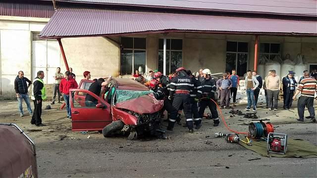 Grav accident in seara de Inviere. O tanara de 20 de ani a murit dupa ce un sofer baut a intrat in masina ei. FOTO