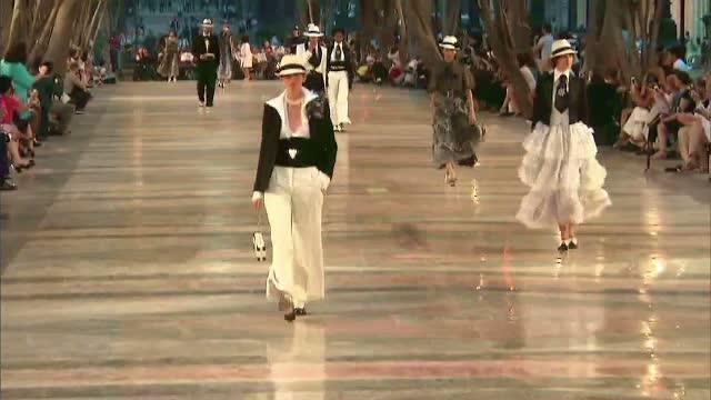 O defilare de moda istorica a avut loc la Havana. Criticile aduse casei Chanel pentru decizia de-a face prezentarea aici