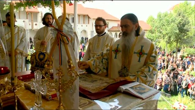 Bisericile din tara, vizitate de mii de crestini pentru aghiasma de la Izvorul Tamaduirii. Obiceiurile bizare