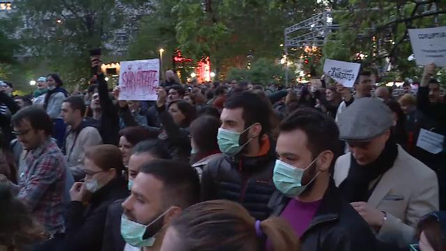 Scandalul dezinfectantilor a scos oamenii in strada. Protest in Piata Universitatii: