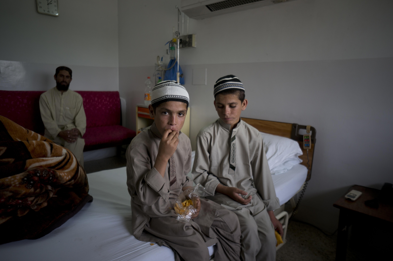 Doi frati pakistanezi, absolut normali ziua, dar paralizati noaptea. Ce spun medicii. FOTO