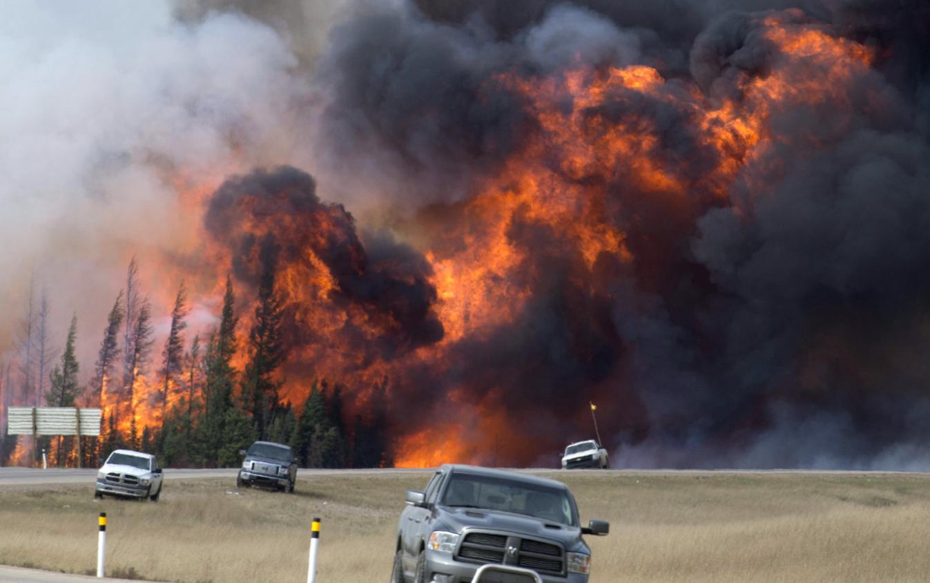 Stare de urgenta in Canada, dupa ce un incendiu de vegetatie a ars din temelii 20% dintr-un oras. De ce se tem autoritatile