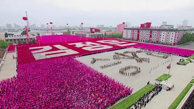 Defilare uriasa in Coreea de Nord, la finalul congresului Partidului Unic. Sute de mii de oameni au participat la ceremonie