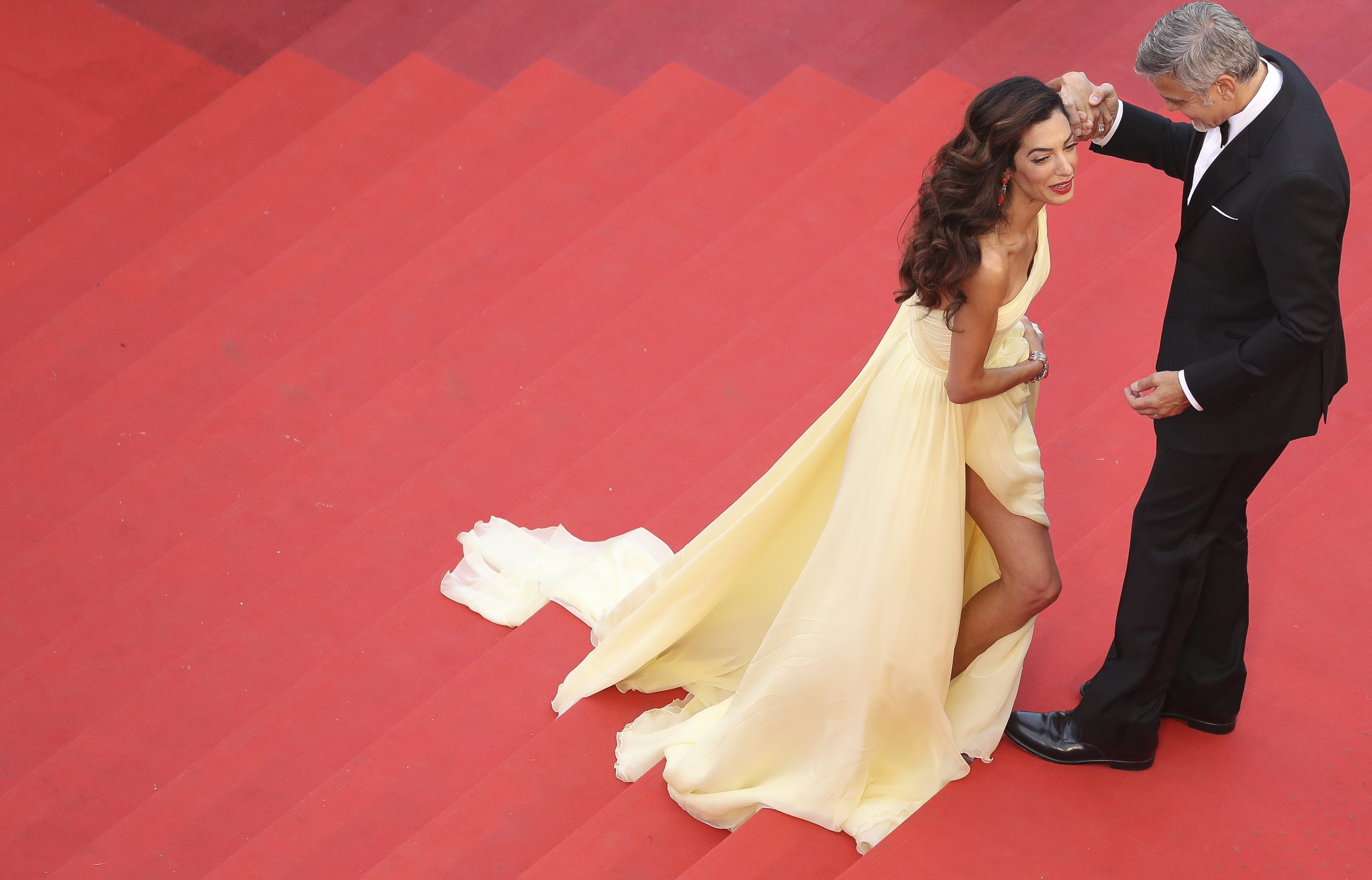 Cannes 2016. Julia Roberts a aparut desculta pe covorul rosu, iar Amal Clooney a avut ceva batai de cap cu rochia. FOTO