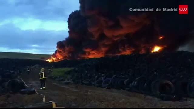 9.000 de spanioli, evacuati din cauza incendiului din cimitirul ilegal de cauciucuri uzate. Anuntul facut de autoritati