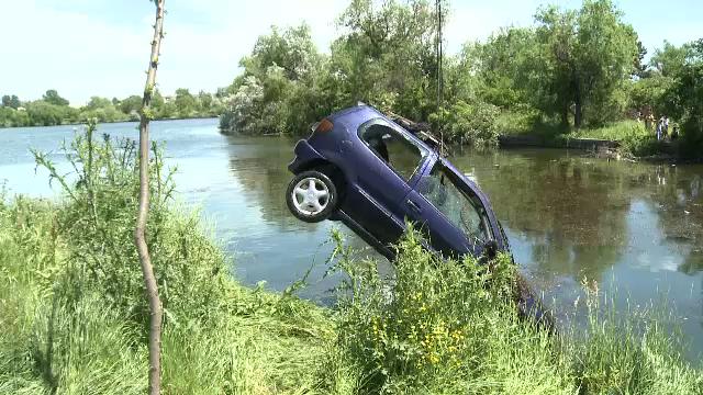 Incercand sa scape de politisti, un sofer din Bucuresti a ajuns cu masina in lac. Ce au aflat agentii cand l-au prins
