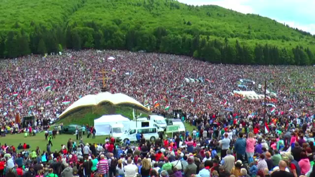 100.000 de oameni au venit sa sarbatoreasca Rusaliile catolice, la Sumuleu Ciuc. Presedintele Ungariei a fost si el prezent