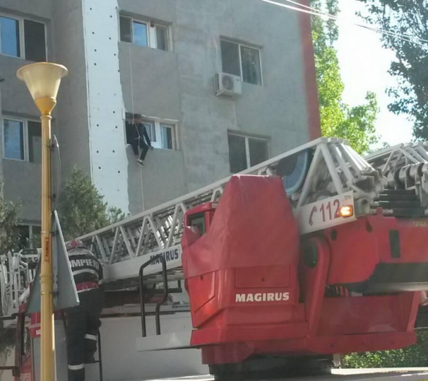 Panica in Constanta, dupa ce un tanar a ramas suspendat la etajul doi, iar vecinii au sunat la 112. Ce a vrut sa faca