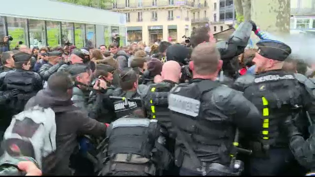 Greve si proteste violente in Franta. Manifestantii s-au ciocnit cu fortele de ordine si au incendiat o masina de politie