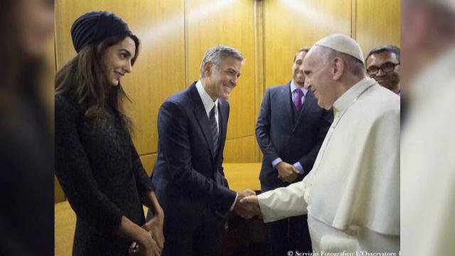 George Clooney, Richard Gere si Salma Hayek, medaliati de Papa Francisc. Motivul pentru care le-a multumit suveranul pontif