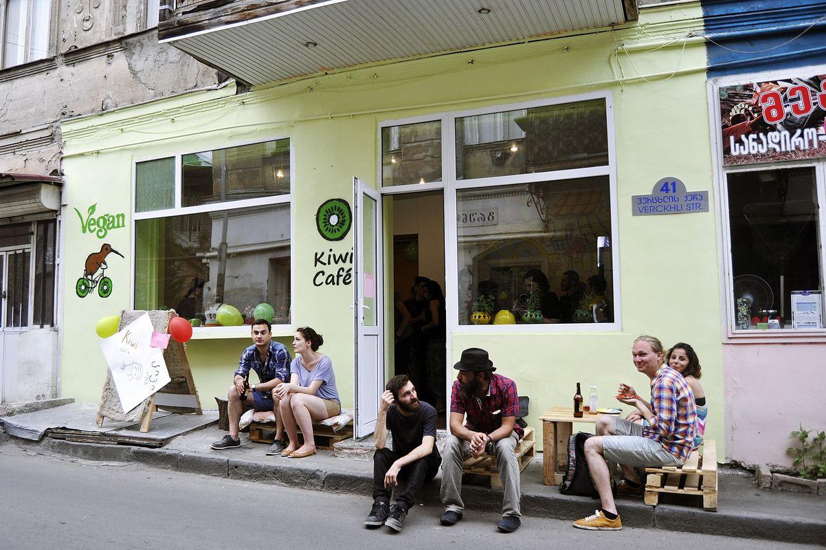 """O cafenea vegana din Tbilisi a fost atacata de """"nazisti"""" inarmati cu carnati. Patronul cere ajutor international"""