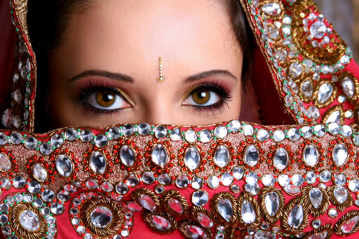 Sute de mirese din India au primit bate din lemn pentru a se apara de abuzurile sotilor