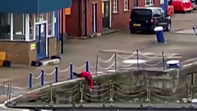 Operatiunea de salvare a unui motan cazut in apa, surprinsa de camera. VIDEO