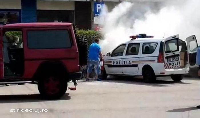 O masina de politie a luat foc in mijlocul orasului Huedin. Cine a sarit in ajutorul agentilor