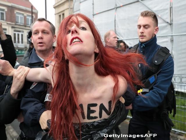 Proteste indecente in timpul alegerilor din Franta. Mai multe tinere, arestate dupa ce au manifestat dezbracate