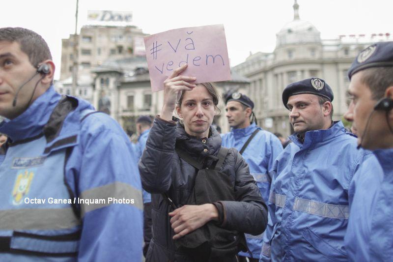 Sute de persoane au protestat in Piata Victoriei, iar apoi au lipit poze pe peretii Casei Poporului. Incidente cu jandarmii