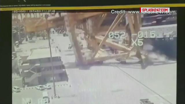 Accident neobisnuit intr-un port. Imagini inedite cu o macara uriasa care se prabuseste