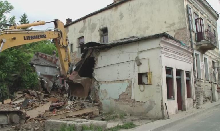 Demolare cu scandal in Iasi. Mai multe familii care traiau in mizerie, revoltate dupa evacuare