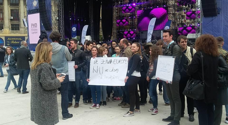 Protest al studentilor in Piata Universitatii fata de zgomotul de la concerte. Discutia dintre decanul de la Istorie si Firea