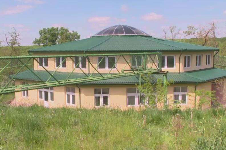 Casa pentru maimute care a costat 500.000 euro si inca nu e gata. Metrul patrat, mai scump decat intr-un cartier rezidential